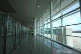 Pekerja beraktivitas di proyek terminal baru Bandara Syamsudin Noor di Banjarbaru, Kalimantan Selatan, Rabu (9/10/2019).Proyek Pengembangan Bandara Syamsudin Noor Banjarmasin (PPBDJ) PT. Angkasa Pura I menyatakan progres pembangunan terminal baru dengan kapasitas penumpang 7 juta orang pertahun tersebut sudah mencapai 89 persen dan ditargetkan selesai pada akhir Oktober 2019 dan dapat dioperasikan pada November 2019.Foto Antaranews Kalsel/Bayu Pratama S.