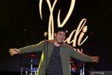 Vokalis Padi Reborn Fadly menghibur penggemarnya saat konser pada Jatim Fair 2019 di Surabaya, Jawa Timur, Selasa (8/10/2019) malam. Konser kelompok musik Padi Reborn itu merupakan rangkaian acara Jatim Fair 2019 yang digelar dalam rangka memperingati Hari Jadi Ke-74 Provinsi Jawa Timur. Antara Jatim/Didik S/ZK
