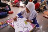 Peserta siswa Sekolah Dasar mengikuti lomba seni membuat kaligrafi dalam pentas pendidikan Islam di Pendopo Delta Wibawa Sidoarjo, Jawa Timur, Rabu (9/10/2019). Kegiatan tersebut bertujuan untuk meningkatkan kompetensi dan potensi peserta didik serta dapat menumbuhkan bakat, kreativitas di bidang keterampilan dan seni pendidikan agama Islam. Antara Jatim/Umarul Faruq/zk