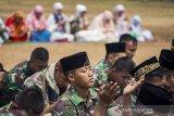 Prajurit Yonif Para Raider 305 Kostrad bersama masyarakat berdoa saat menunaikan shalat minta hujan (Istisqa) di Karawang, Jawa Barat, Selasa (8/10/2019). Shalat Istisqa tersebut untuk memohon diturunkannya hujan karena sumber mata air di wilayah itu yang mengering akibat dilanda kemarau panjang. ANTARA FOTO/M Ibnu Chazar/agr