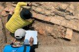 Petugas Balai Pelestarian Cagar Budaya (BPCB) Trowulan mengidentifikasi lokasi yang diduga merupakan bagian dari situs Candi Gedog saat melakukan penggalian (Ekskavasi) di area persawahan di Kelurahan Gedog Kecamatan Sananwetan, Kota Blitar, Jawa Timur, Kamis (10/10/2019). Tim Ekskavasi BPCB Trowulan berhasil menemukan bagian pintu dan pagar candi yang diduga memiliki luas sekitar 25 meter persegi dengan struktur batu bata, dan dari hasil temuan itu, Tim memperkirakan situs Candi Gedog merupakan candi dari era Kerajaan Majapahit. ANTARA FOTO/Irfan Anshori/nym