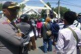 Polisi kawal aksi demo damai warga di DPRD Sulteng