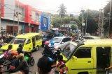 Gempa beruntun  membuat warga Ambon panik dan mengungsi ke pegunungan