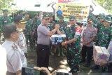Kapolda  berikan bingkisan kepada TNI di kegiatan TMMD Sangihe