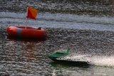Peserta berusaha melakukan manuver dengan kapal rakitannya dalam Kontes Kapal Cepat Tak Berawak Nasional di kolam Universitas Muhammadiyah Malang, Jawa Timur, Jumat (11/10/2019). Kontes yang menilai efisiensi desain serta kecepatan kapal cepat tak berawak dalam bermanuver tersebut diikuti sekitar 60 tim dari perwakilan perguruan tinggi se-Indonesia. Antara Jatim/Ari Bowo Sucipto/zk.