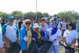IAD Wilayah Sulut bersih-bersih pantai dari sampah plastik