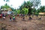 Satgas TMMD Merauke bersama warga bersihkan Lapangan Kampung Kogir