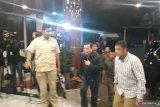 Luhut besuk Wiranto dengan busana hitam