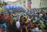 Peserta mengikuti BNI ITB Ultra Marathon 5K di Cikapundung River Spot, Bandung, Jawa Barat, Minggu (13/10/2019). Pada tahun ini, BNI ITB Ultra Marathon diikuti sekitar 6.000 pelari yang terbagi dalam berbagai kategori yaitu Individu 200K, Relay 2 200K, Relay 4 200K, Relay 9 200K, Relay 18 200K, serta Fun Run sejauh 5K. ANTARA FOTO/Raisan Al Farisi/agr