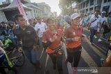 Menteri BUMN Rini Soemarno (tengah) mengikuti BNI ITB Ultra Marathon 5K di Bandung, Jawa Barat, Minggu (13/10/2019). Pada tahun ini, BNI ITB Ultra Marathon diikuti sekitar 6.000 pelari yang terbagi dalam berbagai kategori yaitu Individu 200K, Relay 2 200K, Relay 4 200K, Relay 9 200K, Relay 18 200K, serta Fun Run sejauh 5K. ANTARA FOTO/Raisan Al Farisi/agr