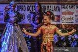 Model memperagakan busana kebaya dipadukan dengan batik saat lomba fashion show pakaian tradisional di Gedung Kesenian, Kota Tasikmalaya, Jawa Barat, Sabtu (12/10/2019). Fashion show yang digelar oleh Forum Gerakan Cinta Produk Indonesia (FGCPI) dengan tema