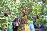 Sejumlah peserta mengikuti karnaval pada acara Cimanuk Festival di Indramayu, Jawa Barat, Sabtu (12/10/2019). Karnaval tersebut dalam rangka peringatan hari jadi ke-492 Kabupaten Indramayu. ANTARA FOTO/Dedhez Anggara/agr