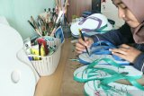 Kreatif, Anak Muda Ini Ciptakan Peluang Bisnis Dengan Mengukir Sandal Jepit