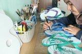 Anak muda ini menciptakan peluang bisnis mengukir sandal jepit