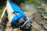 Dua orang tewas pada peristiwa jatuhnya truk ke sungai