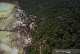 Foto udara Wisata Alam Kawah Putih yang berada di Pegunungan Patuha, Ciwidey, Kabupaten Bandung, Jawa Barat, Sabtu (12/10/2019). BPBD Provinsi Jawa Barat menyatakan, kebakaran hutan di kawasan Kawah Putih yang terjadi sejak Selasa (8/10/2019) dapat dipadamkan pada Jumat (11/10/2019) dan dinyatakan aman untuk dibuka kembali. ANTARA FOTO/Raisan Al Farisi/agr