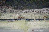 Suasana Wisata Alam Kawah Putih yang berada di Pegunungan Patuha, Ciwidey, Kabupaten Bandung, Jawa Barat, Sabtu (12/10/2019). BPBD Provinsi Jawa Barat menyatakan, kebakaran hutan di kawasan Kawah Putih yang terjadi sejak Selasa (8/10/2019) dapat dipadamkan pada Jumat (11/10/2019) dan dinyatakan aman untuk dibuka kembali. ANTARA FOTO/Raisan Al Farisi/agr