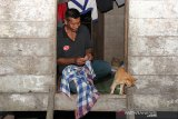 Warga berada di dalam rumahnya yang belum teraliri listrik di Desa Sikundo, Kecamatan Pante Ceureumen, Aceh Barat, Aceh. Foto/Syifa Yulinnas.