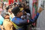 Plt Gubernur Aceh Nova Iriansyah (kanan) didampingi Bupati Aceh Barat Ramli MS (kiri) meresmikan dan menyalakan operasional jaringan listrik perdana di Desa Sikundo, Kecamatan Pantee Ceureumen, Kabupaten Aceh Barat, Aceh. Foto/Syifa Yulinnas.