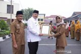 Wako Solok serahkan penghargaan Sanitasi Total Berbasis Masyarakat ke Dinkes