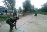 Satgas TMMD Ke-106 Kodim 0314/Inhil Ajak Anak Muda  Bersihkan Lapangan Voly