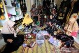 Pengrajin menyelesaikan jahitan dan bordiran ukiran motif kerawang gayo pada kain di Takengon, Aceh Tengah, Aceh, Jumat (1/3/2019).
