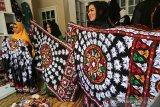 Pengrajin memperlihatkan kain motif kerawang gayo yang telah selesai dikerjakan di Takengon, Aceh Tengah, Aceh, Jumat (1/3/2019).