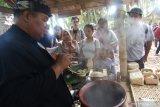 Pengunjung membeli makanan tradisional di Pasar Witwitan, Banyuwangi, Jawa Timur, Minggu (13/10/2019). Pasar tradisional yang hanya buka  dihari minggu tersebut, merupakan destinasi wisata kuliner khas Banyuwangi yang ramai dikunjungi wisatawan. Antara Jatim/Budi Candra Setya/zk.