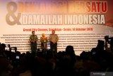 Gubernur Jawa Timur Khofifah Indar Parawansa (tengah) didampingi Pangdam V/Brawijaya Mayjen TNI R Wisnoe Prasetja Boedi (kiri) dan Kapolda Jawa Timur Irjen Pol Luki Hermawan (kanan) memberikan sambutan pada Deklarasi Bersatu Dan Damailah Indonesia di Surabaya, Jawa Timur, Senin (14/10/2019). Kegiatan yang diinisiasi oleh Forum Komunikasi Asosiasi Pengusaha (Forkas) Jawa Timur itu diikuti 43 asosiasi pengusaha serta ratusan pekerja. Antara Jatim/Didik Suhartono/ZK