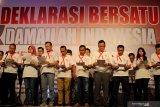 Peserta membaca bersama deklarasi pada Deklarasi Bersatu Dan Damailah Indonesia di Surabaya, Jawa Timur, Senin (14/10/2019). Kegiatan yang diinisiasi oleh Forum Komunikasi Asosiasi Pengusaha (Forkas) Jawa Timur itu diikuti 43 asosiasi pengusaha serta ratusan pekerja. Antara Jatim/Didik Suhartono/ZK