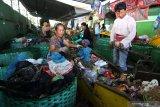 Pekerja memilah sampah hasil pengumpulan dari warga di Pengolahan Sampah, Tembk Rejo, Muncar, Banyuwangi, Jawa Timur, Selasa (15/10/2019). Pengolahan sampah oleh Systemiq dibawah naungan Bumdes setempat yang dikerjakan oleh 63 tenaga kerja itu, mampu mengolah sekitar 13 ton sampah per hari hasil pengumpulan dari 9 ribu rumah dengan omset sekitar Rp100 juta perbulan. Antara Jatim/Budi Candra Setya/zk.