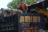 Pekerja memilah sampah diatas truk hasil pengumpulan dari warga di Pengolahan Sampah, Tembk Rejo, Muncar, Banyuwangi, Jawa Timur, Selasa (15/10/2019). Pengolahan sampah oleh Systemiq dibawah naungan Bumdes setempat yang dikerjakan oleh 63 tenaga kerja itu, mampu mengolah sekitar 13 ton sampah per hari hasil pengumpulan dari 9 ribu rumah dengan omset sekitar Rp100 juta perbulan. Antara Jatim/Budi Candra Setya/zk.
