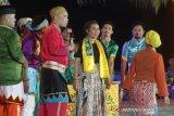 Seniman menampilkan pertunjukkan teater Mamanda dengan judul
