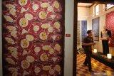 Warga mengamati kain batik yang dipajang pada pameran bertema Batik Kesayangan, Makna dibalik Kain Batik di Galeri Paviliun, House of Sampoerna, Surabaya, Jawa Timur, Rabu (16/10/2019). Pameran dengan menggandeng 30 kolektor kain batik dari berbagai daerah itu berlangsung sampai 9 November 2019. Antara Jatim/Didik Suhartono/ZK