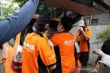Petugas Inafis Polda Jabar membawa barang bukti milik terduga teroris saat melakukan penggeledahan rumah terduga teroris di Bandung, Jawa Barat, Rabu (16/10/2019). Dari penggeledahan tersebut, pihak kepolisian mengamankan sejumlah barang bukti yang dibungkus kardus serta dokumen penting milik terduga teroris. ANTARA JABAR/Gusti Prabu/rai