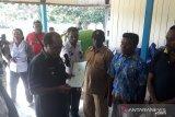 Bupati Teluk Wondama serahkan 400 lembar sertifikat tanah warga