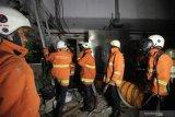 Petugas Dinas Pemadam Kebakaran Kota Surabaya mencari kemungkinan adanya titik api yang membakar ruang generator set di Gedung Bedah Pusat Terpadu (GBPT) RSUD Dr. Soetomo, Surabaya, Jawa timur, Kamis (17/10/2019). Sekitar 15 kendaraan pemadam kebakaran dikerahkan untuk memadamkan kebakaran itu. Antara Jatim/Didik Suhartono/ZK
