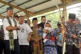 Menteri Sosial Agus Gumiwang Kartasasmita (kiri), menyaksikan seorang anak penghuni Balai Rehabilitasi Sosial Anak yang Memerlukan Perlindungan Khusus (BRSAMPK)