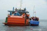 Tim SAR gabungan mengevakuasi warga Myanmar dari kapal kayu ke kapal Basarnas saat simulasi penanganan kapal imigran yang mengalami kecelakaan di Selat Benggala, Aceh Besar, Aceh, Kamis (17/10/2019). Simulasi penanganan imigran yang mengalami kecelakaan di laut itu untuk meningkat sinergitas dan koordinasi dengan unsur yang terlibat untuk penanganan imigran dalam kondisi darurat yang membutuhkan pertolongan. Antara Aceh/Ampelsa.