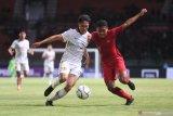 Pesepak bola Indonesia U-19 Muhammad Fajar Fathur Rachman (kanan) berebut bola dengan pesepak bola China U-19 Yue Zhu (kiri) saat laga uji coba di Gelora Bung Tomo, Surabaya, Jawa Timur, Kamis (17/10/2019).  Indonesia menang atas China dengan skor 3-1. Antara Jatim/Zabur Karuru