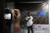 Suasana pembukaan Pameran Seratus Tahun Surat Kabar Kalbar di LKBN Antara Biro Kalbar di Pontianak, Kalimantan Barat, Selasa (15/10/2019). Dalam pameran bertajuk Seratoes-248 yang digelar 41 komunitas lintas sektor Kalbar tersebut menampilkan salah satu edisi lengkap dari surat kabar Halilintar, Soeara Borneo, Warta Borneo, Berani, Sinar Borneo, Kapoeas Bode, Oetoesan Borneo, Matahari Borneo, Borneo Barat, Borneo Shimbun, serta juga potongan halaman depan surat Borneo Barat Bergerak terbitan seratus tahun yang lalu. ANTARA FOTO/Jessica Helena Wuysang