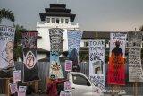 Massa yang tergabung dalam Aliansi Massa Rakyat Simpatik (Asik) melakukan unjuk rasa damai di depan Gedung Sate, Bandung, Jawa Barat, Kamis (17/10/2019). Aksi tersebut untuk menyampaikan aspirasi terhadap sejumlah permasalahan di Indonesia dan menuntut dicabutnya sejumlah RUU bermasalah seperti RKUHP. RUU  Minerba, serta segera diterbitkannya Perppu KPK. ANTARA JABAR/Novrian Arbi/agr
