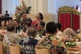Jokowi mengaku pertama kali bisa bersantai bersama para menterinya