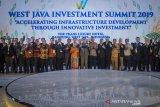 Gubernur Jawa Barat, Ridwan Kamil (tengah) berfoto dengan berfoto dengan para pejabat perbankan dan perusahaan dalam dan luar negeri pada acara