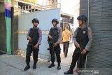 Petugas kepolisian berjaga saat berlangsungnya penggeledahan yang dilakukan tim Komisi Pemberantasan Korupasi (KPK) di rumah pribadi Bupati Indramayu Supendi di Sindang, Indramayu, Jawa Barat, Kamis (17/10/2019). Penggeledahan tersebut untuk mencari barang bukti kasus korupsi yang menjerat Bupati Indramayu. ANTARA JABAR/Dedhez Anggara/agr