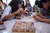 Sejumlah siswa mencoba Kaligrafi Hangeul cap dalam acara Korean Culture Day di SMA Petra 4 Sidoarjo, Jawa Timur, Jumat (18/10/2019). Kegiatan tersebut bagian dari pengenalan budaya Korea Selatan untuk menarik minat siswa belajar di Korea Selatan. Antara Jatim/Umarul Faruq/zk