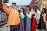 Sejumlah siswa berswafoto dengan mengenakan pakaian khas Korea dalam acara Korean Culture Day di SMA Petra 4 Sidoarjo, Jawa Timur, Jumat (18/10/2019). Kegiatan tersebut bagian dari pengenalan budaya Korea Selatan untuk menarik minat siswa belajar di Korea Selatan. Antara Jatim/Umarul Faruq/zk