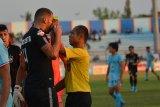 Wasit Oki Dwi Saputra (kanan) memberikan kartu kuning kepada pesepak bola PSIS Semarang Wallace Costa Alves (kanan) saat melawan Persela dalam pertandingan Liga 1 2019 di Stadion Surajaya, Lamongan, Jawa Timur, Jumat (18/10/2019).  Persela kalah melawan PSIS Semarang dengan skor akhir 0-1. Antara Jatim/Syaiful Arif/zk