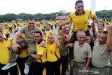 Kapolresta Banda Aceh Kombes Pol Trisno Riyanto (kanan) dibopong prajurit TNI serta Dandim 0101/BS Kolonel Inf Hasandi Lubis (kiri) dibopong personil Polri seusai melaksanakan olahraga bersama TNI-Polri dan pemerintah daerah di lapangan Blangpadang, Banda Aceh, Aceh, Jumat (18/10/2019). Olahraga bersama dalam rangka sinergitas TNI-Polri dan Pemerintah daerah yang digelar Polresta Banda Aceh guna menciptakan situasi yang kondusif diwilayah untuk kelancaran pelantikan Presiden dan Wakil Presiden Republik Indonesia terpilih periode 2019-2024 pada 20 Oktober mendatang. Antara Aceh/Irwansyah Putra.
