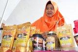 """PT BFI Finance Indonesia Tbk (BFI Finance) kembali membuktikan komitmennya dalam mewujudkan visi Perusahaan untuk meningkatkan taraf hidup masyarakat. Melalui kegiatan pelatihan bisnis mikro dan bazar aneka produk, BFI Finance mendorong pertumbuhan Usaha Mikro, Kecil, dan Menengah (UMKM) di Pontianak, Kalimantan Barat. Bertajuk """"#SelaluAdaJalan Awali Usaha Dari Hal Sederhana"""", pelatihan bisnis dan bazar dilaksanakan di Hotel Golden Tulip Pontianak selama dua hari, pada 18 dan 19 Oktober 2019, yang dihadiri oleh ratusan pelaku UMKM di Pontianak dan sekitarnya. """"BFI Finance turut berperan aktif dalam mendukung pertumbuhan ekonomi di Indonesia, salah satunya dengan menyelenggarakan kegiatan ini. Pelaku UMKM selayaknya terus difasilitasi agar naik kelas, mampu menyerap tenaga kerja yang lebih besar, dan mampu berkontribusi nyata dalam pertumbuhan ekonomi di masing-masing daerah, termasuk di Pontianak,"""" ujar Bambang Hartoyo, Area Manager BFI Finance Wilayah Pontianak. Bambang menambahkan meskipun jumlah UMKM mengalami pertumbuhan yang pesat, namun mereka masih membutuhkan dukungan berbagai pihak untuk bisa meningkatkan skala usahanya. Pelatihan bisnis ini bertujuan meningkatkan kualitas dan kapasitas mereka sebagai pelaku usaha agar dapat berkembang lebih maju, bermental kuat, dan cerdik melihat persaingan dan potensi pasar. Dalam kegiatan ini BFI Finance menggandeng PontiMarket, organisasi yang fokus pada pengembangan SDM UMKM, pengembangan ide kreatif, dan memotivasi untuk meningkatkan entrepreneurship. Pelatihan bisnis ini mengangkat topik seputar kisah sukses pelaku usaha dari luar Kalbar, cara memaksimalkan bisnis online, serta bagaimana menangani keluhan pelanggan. ANTARA KALBAR/Jessica Helena Wuysang"""